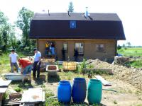 Budują dom z gliny dla bezdomnego