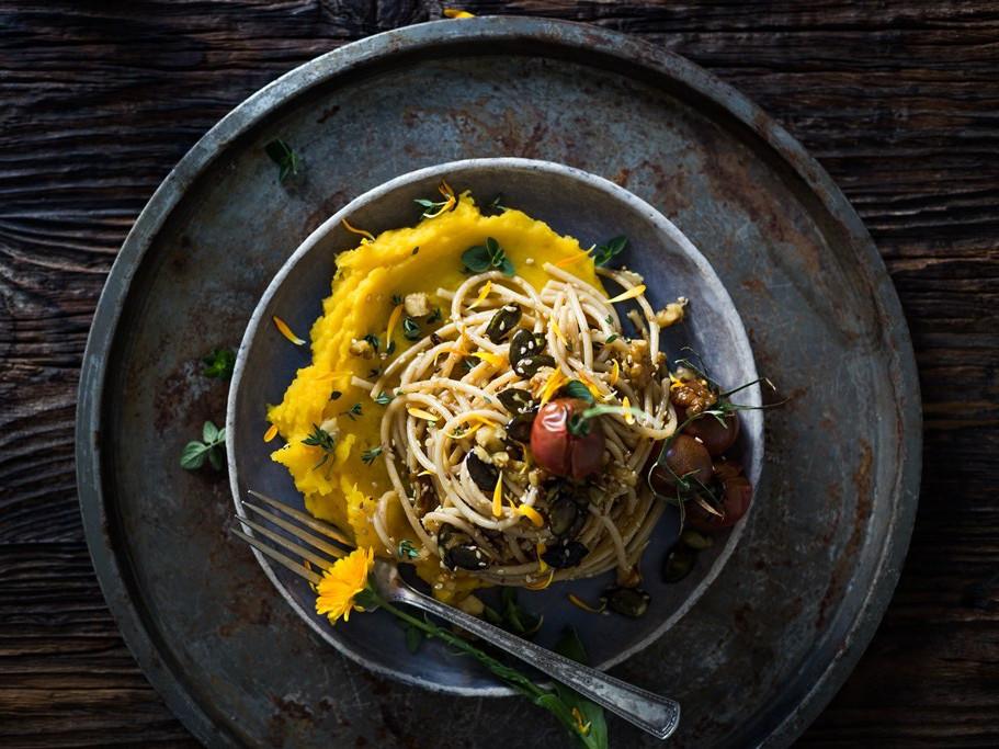Wegański obiad na szybko - orzechowy makaron z dynią piżmową