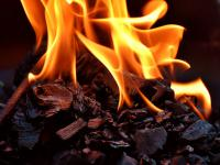 Czym grozi palenie śmieci w kominku?