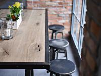 Drewniane drzwi, dębowe blaty – czyli powrót do naturalnych materiałów we wnętrzach