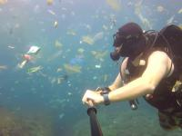 Plastik, plastik, plastik… Brytyjski nurek filmuje morze śmieci na Bali