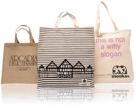 8968a40b7e727 Plastikowe reklamówki powoli odchodzą w niepamięć na rzecz ekologicznych  toreb z tkaniny. Nie przypominają one już smutnych worków