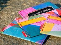 Kolorowe i awangardowe portfele z gazet