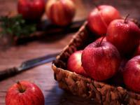 Są powszechne i tanie, jedzmy więc jabłka jak najczęściej. Koniecznie ze skórką