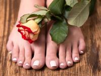 Piękne stopy przez cały rok – domowa pielęgnacja: złuszczanie i nawilżanie
