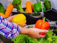 Jak szybko i tanio pozbyć się pestycydów z warzyw i owoców?