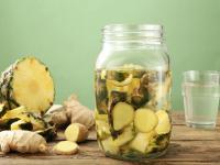 Przepis na oczyszczającą wodę ananasową, która pomaga schudnąć