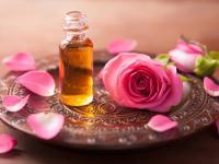 Olej z dzikiej róży redukuje zmarszczki i ujędrnia skórę