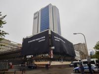 Czarne transparenty na budynkach PiS i PO