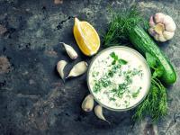 Sos tzatziki – właściwości, skład i zastosowanie sosu tzatziki