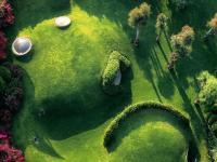 Organiczny dom hobbita ukryty pod zielonymi wydmami