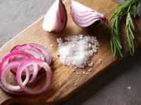 Sól cebulowa przyprawa ‒ właściwości, skład i zastosowanie soli cebulowej