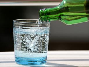 Woda gazowana – szkodzi czy wspomaga pracę organizmu?