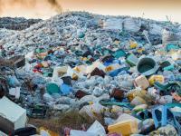 Jak zamienić plastikowe śmieci w coś wartościowego?