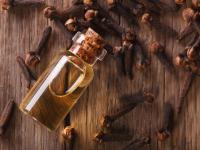 Olejek goździkowy – właściwości i działanie. Jak stosować olejek goździkowy?
