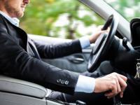 Dlaczego kierowcy drogich aut lubią łamać przepisy drogowe?