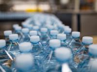Koniec plastiku? Nowe butelki roślinne ulegają degradacji w ciągu roku