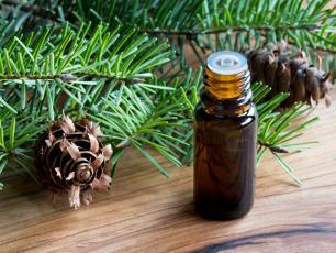 Relaksuje i redukuje ból. Jakie właściwości ma olejek jodłowy?