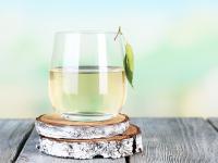 Woda brzozowa – eliksir na piękne włosy i promienną cerę