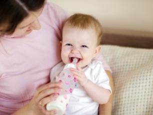 Dzieci karmione butelką połykają miliony mikroplastików dziennie