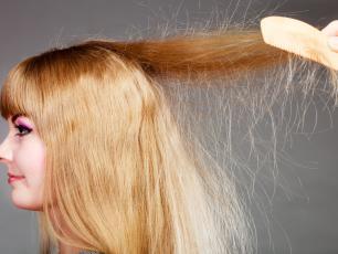 Elektryzujące się włosy ‒ przyczyny, czynniki i sposoby na elektryzujące się włosy