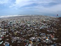 Plaże Bali zasypane falą plastikowych śmieci