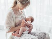 """Alarmujące badania! W mleku matki wykryto """"wieczne chemikalia"""""""
