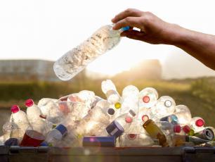 Nowy sposób na zużyty plastik? Naukowcy zamieniają plastikowe butelki na aromat waniliowy