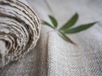 Są wytrzymałe i ekologiczne. Dlaczego warto sięgać po konopne tekstylia?